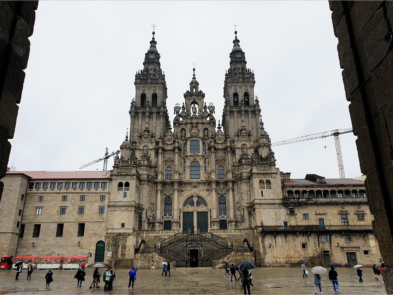 La cathédrale de Santiago, depuis les arcades de la Praza do Obradoiro.