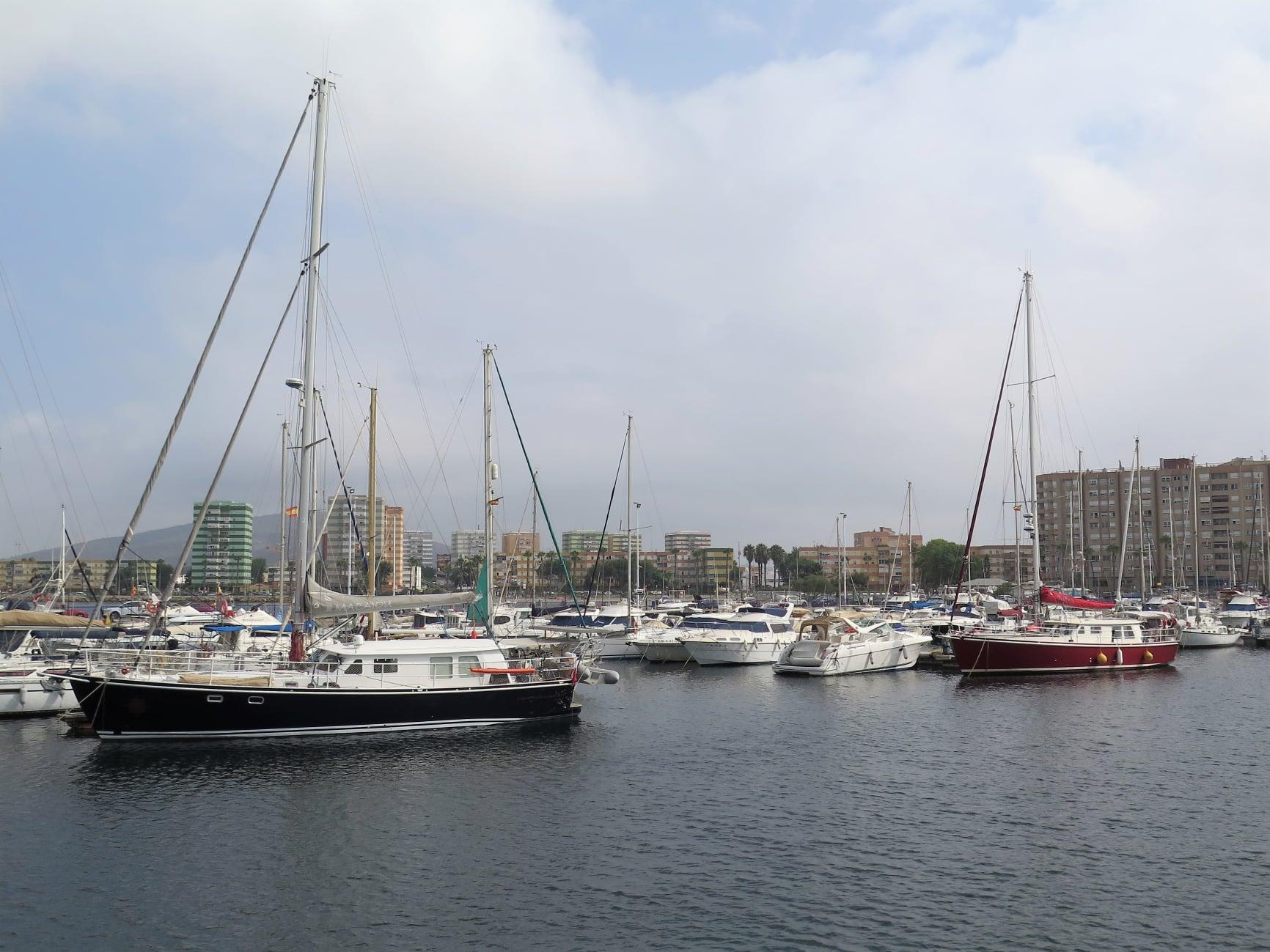 Pour la première fois EVER, les deux seuls Ste Marthe 46 IN THE WORLD de chez Meta Yachts sont amarrés l'un derrière l'autre! Macajou vient de Port Leucate, Jade de La Rochelle, et c'est Gibraltar, tout naturellement, qui les a réunis...