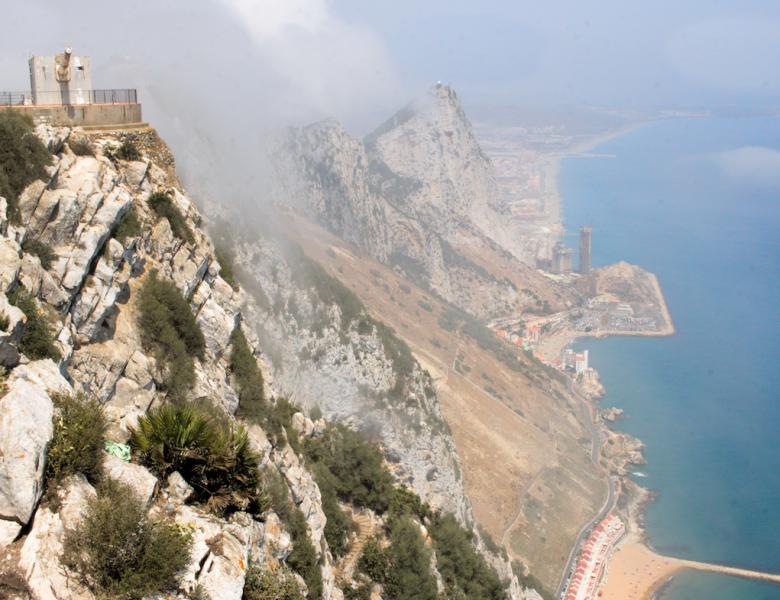 Gibraltar: la tête dans la brume, les mains dans le gasoil